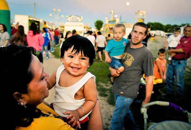 An undocumented woman and her niece in Worthington, MN. Photo credit: Pioneer Press: Ben Garvin